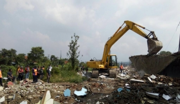 Foto Dukung Kereta Cepat, KAI Daop 2 Bandung Bongkar 69 Bangunan