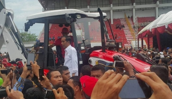 Foto Jokowi Tinjau Langsung Alsintan Buatan Pindad