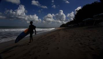Pantai di Bali Sudah Dipenuhi Wisatawan, Kan Masih Ditutup?