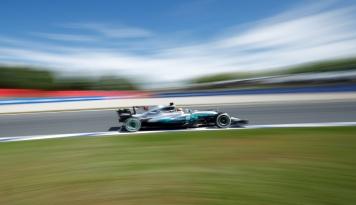 Foto Menang di Spanyol, Hamilton Perbesar Jarak dengan Sebastian Vettel