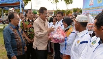 Foto Gubernur Sumut Serahkan Bantuan Benih Padi dan Alsintan di Padang Sidempuan