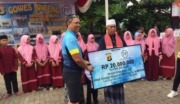 Foto PTPP Serahkan Bantuan Rp 100 Juta ke Pesantren