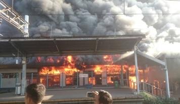 Foto Kebakaran di Stasiun Klender, Penumpang Diminta Cari Alternatif Lain