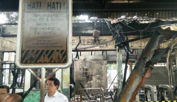Foto Stasiun Klender Terbakar, Jadwal KA Daop 2 Bandung Terganggu