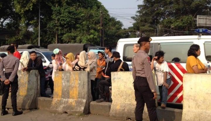 Foto Berita TKP Jadi Tontonan, Polisi Usir Warga di Terminal Kampung Melayu