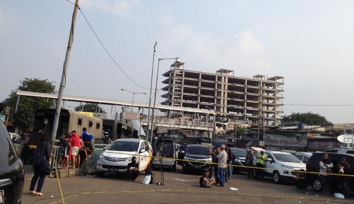 Foto Berita Ketika TKP Bom Kampung Melayu Jadi Tontonan Warga