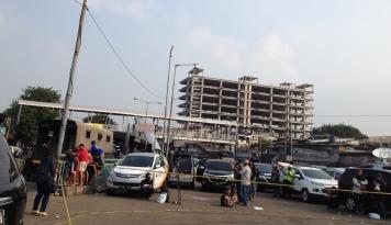 Foto Ketika TKP Bom Kampung Melayu Jadi Tontonan Warga
