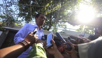 Foto Jokowi Bagikan Paket Sembako ke Warga Bogor
