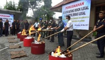 Foto Bea Cukai Sulawesi Musnahkan Rokok dan Miras Ilegal Senilai Rp5,5 Miliar