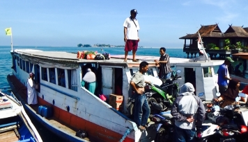 Foto Jelang Ramadan, Warga Pulau ke Makassar Borong Sembako