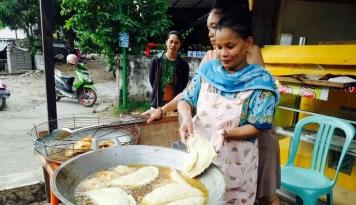 Foto Jual Pastel Raksasa, Ibu Rumah Tangga Ini Raup Untung Rp30 Juta per Bulan