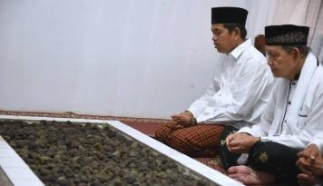 Foto Meski Tak Dikenal, Dedi Mulyadi Tetap Nyekar ke Makam Veteran