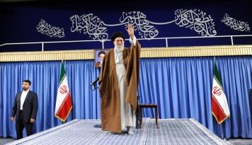 Foto Pemimpin Iran: Teror Tidak Akan Menyurutkan Semangat Warga Iran
