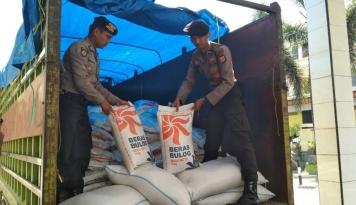 Foto Kantor Logistik Kotabaru Salurkan 155 Ton Beras Rastra