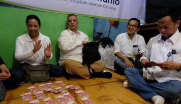 Foto Menteri Rini Bagi-bagi THR untuk Warga Cilincing