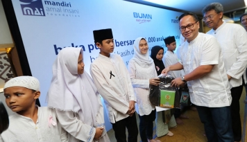 Foto Bank Mandiri Santuni 21.000 Anak Yatim Piatu