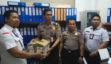 Foto Petugas Bandara Hasanuddin Gagalkan Pengiriman 500 Detonator Tujuan Kalbar