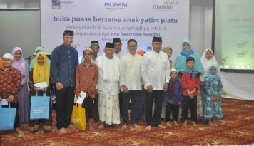 Foto Bank Mandiri Ajak Ratusan Anak Yatim di Palembang Buka Bersama