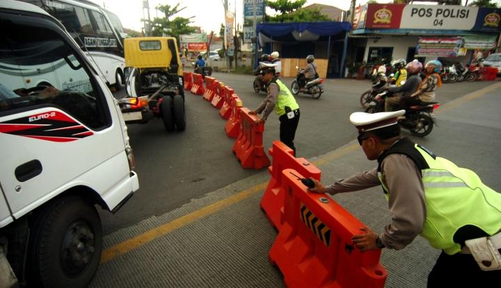 Foto Berita Puluhan Truk yang Lintasi Tol Jakarta-Cikampek Diciduk Polisi