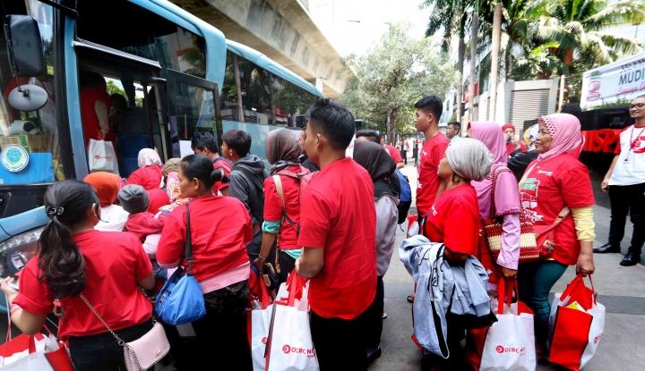 Foto Berita OCBC NISP Berangkatkan 220 Pemudik ke Kampung Halaman