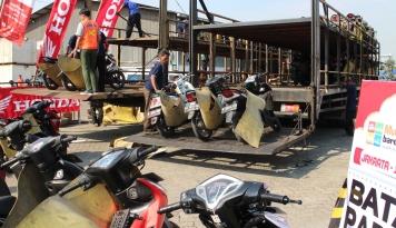 Foto Mekanik AHM Siap Servis Motor Calon Pemudik Jelang Lebaran