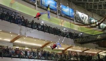 Foto Liburan Lebaran Pondok Indah Mall Hadirkan Flying Trapeze