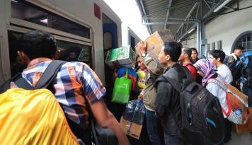 Foto Stasiun Pasar Senen Berangkatkan 27.058 Pemudik