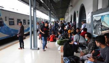 Foto INFO MUDIK: Stasiun Senen Berangkatkan 16.000 Pemudik Per hari