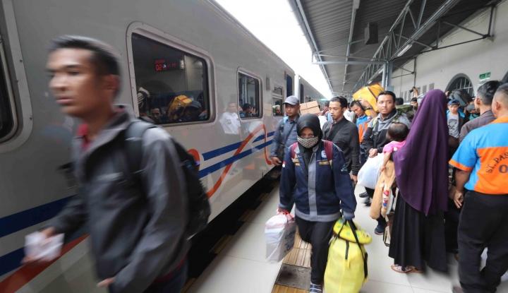 Foto Berita Tergenang Banjir, Stasiun Semarang Sempat Terganggu