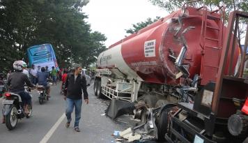 Foto Bus Pemudik Hantam Truk Tangki BBM di Kudus