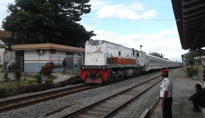 Foto Berita 62 Perjalanan KA Lebaran Lintasi Stasiun Madiun