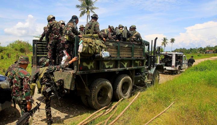 Terungkap Sosok Penumpang Berbaju Kotak-Kotak yang Naik Panser TNI