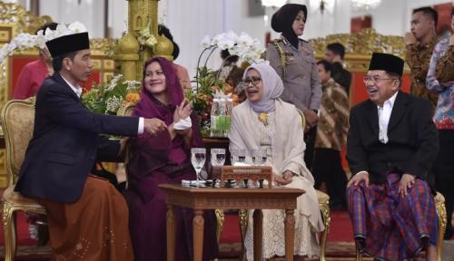 Foto Senyum dan Salam Presiden Jokowi di Open House Idul Fitri