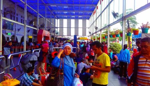 Foto Hingga H+3 Stasiun Senen Masih Ramai Pemudik