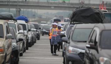 Foto H+1 Tol Jakarta-Bandung Masih Terpantau Padat