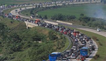 Foto Contraflow Jadi Pilihan Untuk Mengurai Kemacetan di Cipali
