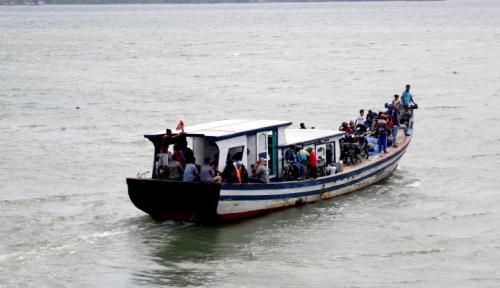 Foto Kapal Filipina Terombang-ambing, Basarnas Turun Tangan