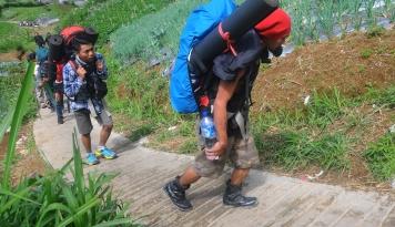 Foto Tak Mau Kalah, Ribuan Pendaki Rayakan Kemerdekaan RI di Gunung Kerinci