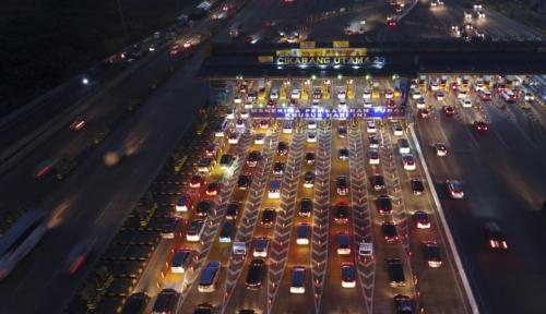 Foto Jika Antrean Arah Jakarta Tidak Bergerak, GT Cikarang Utama Harus Gratis