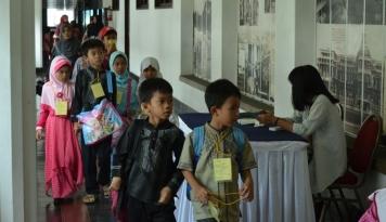 Foto Ketika Orang Tua Memilih Sekolah untuk Anak