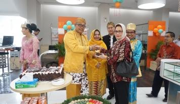Foto HUT Ke-71, BNI Menteng Berbagi Kue Ulang Tahun