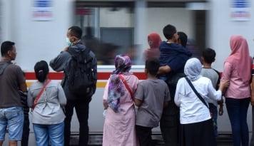 Viral Video Penumpang KRL Pingsan di Stasiun Kalibata Diduga Corona, KCI Tegaskan . . .