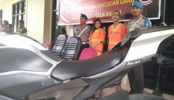 Foto Kasir Dealer Bersama Suami Gelapkan 43 Mobil