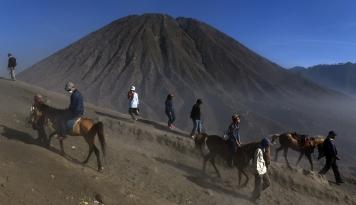Foto Status Waspada, Gunung Semeru Alami Gempa Letusan