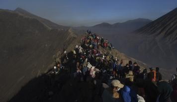 Foto Kebakaran Hutan, Jalur ke Gunung Bromo Dialihkan ke Pasuruan
