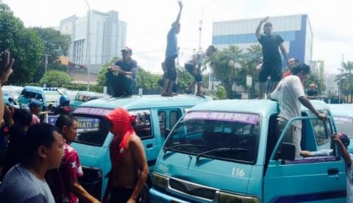 Foto Permenhub Dicabut, Taksi Online Kembali Ilegal