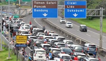 Foto Kendaraan Berat 'Haram Hukumnya' Lintasi Jalur Puncak-Cianjur