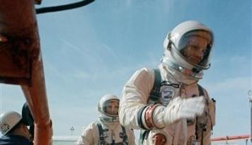 Foto Tas yang Pernah Terbang ke Bulan Ini Laku Dilelang Rp23,9 Miliar