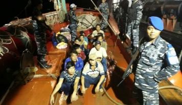 Foto Lagi, TNI AL Tangkap Kapal Vietnam Mencuri Ikan di Natuna