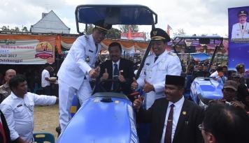 Foto Gubsu Serahkan Bantuan Pertanian untuk Kabupaten Humbahas
